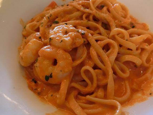 六本木ヒルズ「RIGOLETTO BAR&GRILL リゴレット バー&グリル」パスタ 海老とトマトチェダークリームソース