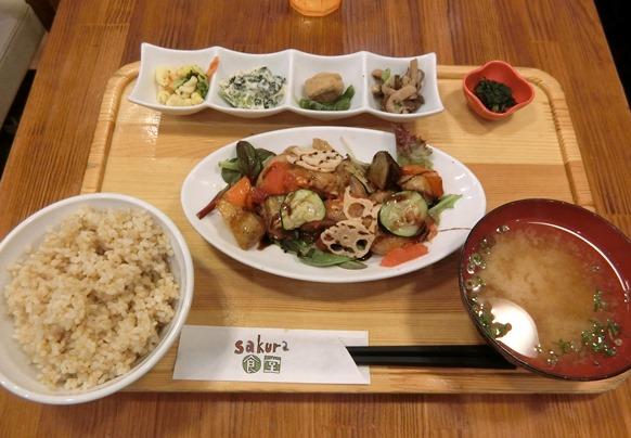 六本木ヒルズ sakura食堂 豚肉と根菜の黒酢バルサミコ定食