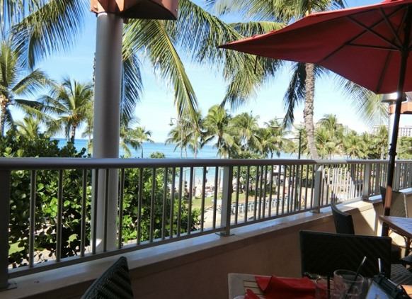 ハワイ アストン ワイキキビーチホテル「Tiki's Grill & Bar ティキズ グリル&バー」テラス海側席 眺望